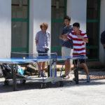 Estudiantes jugando ping-pong dentro del CIEL