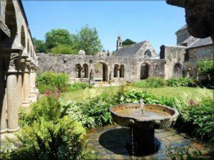 Abbaye de Daoulas avec son cloître, ses jardins et sa fontaine